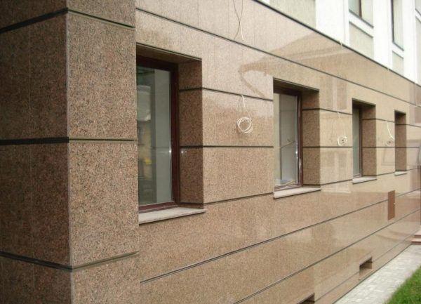 В заключительные 5 лет керамогранит активно применяют для облицовки фасадов зданий и построек.